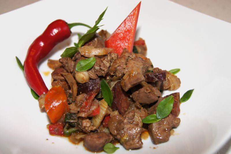Recept na pikantní drůbeží játra se zeleninou