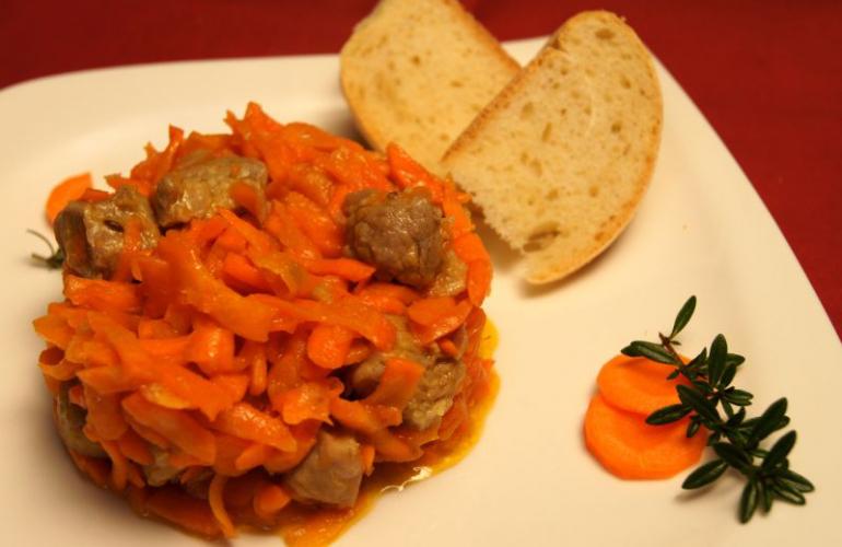 Recept na dušenou mrkev s vepřovým masem a domácími rozpeky