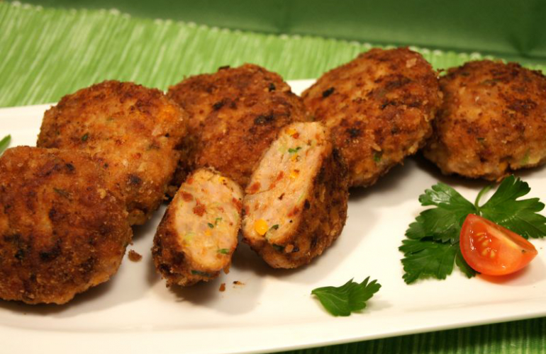 Karbanátky z kuřecího masa s barevnou zeleninou