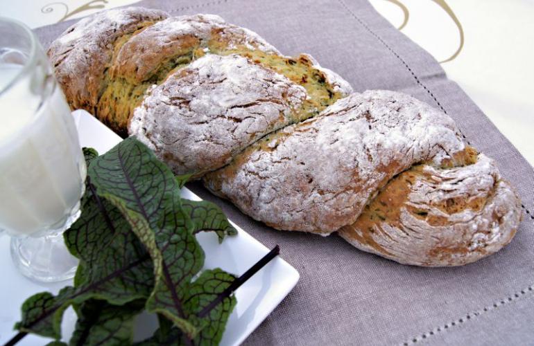 Domácí chléb s cuketou, slunečnicovými semínky, sýrem a bylinkami