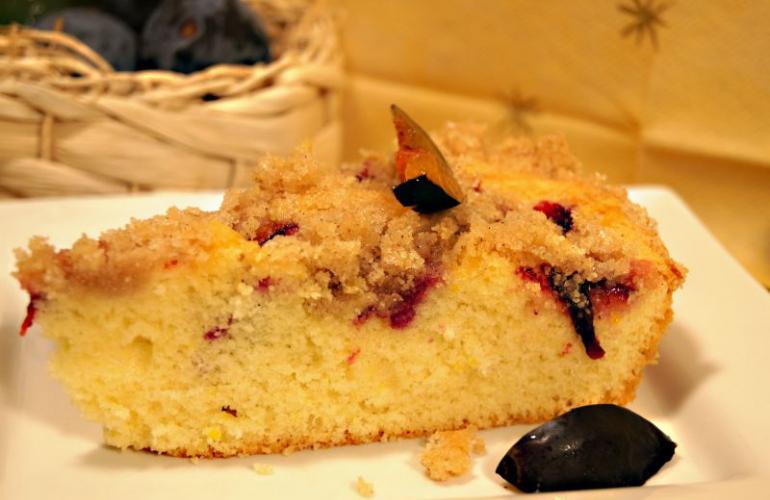 Recept na rychlý švestkový koláč se skořicovou drobenkou